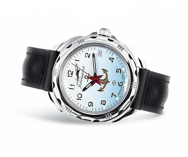 Стильный браслет-часы с шармами, узнаваемый дизайн, в наличии различные цвета.
